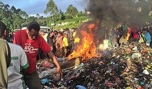 """Dwie osoby z zarzutami ws. 20-latki spalonej żywcem za """"czary"""" w Papui-Nowej Gwinei"""
