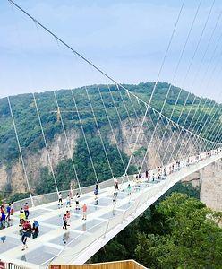 Ze szklanego mostu prosto w przepaść. Nowa atrakcja w Chinach tylko dla odważnych