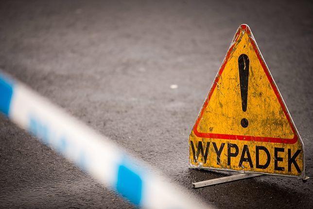 Wypadek na S8 w Warszawie, samochód dachował. Za jego kierownicą 91-latek