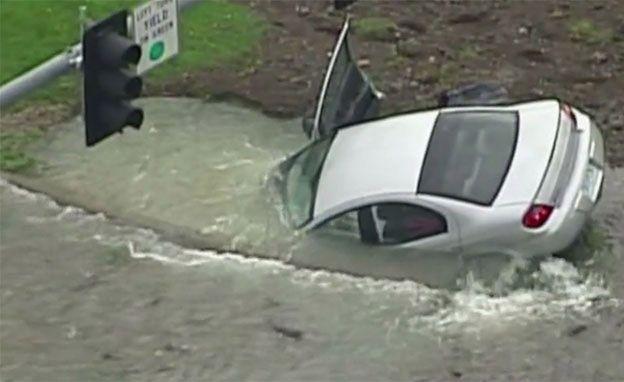 Uderzył w hydrant, a auto zatonęło