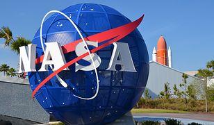 Przed siedzibą NASA znajduje się trójwymiarowe logo agencji