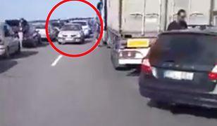 """Z relacji świadków wynika, że jeden z kierowców wyjechał na pas """"korytarza życia"""" wprost przed pojazd pogotowia"""