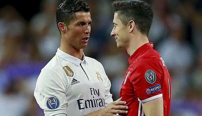 dfbc98626 Getty Images / Gonzalo Arroyo Moreno / Stringer / Na zdjęciu: Cristiano  Ronaldo (po lewej) dyskutuje z Robertem Lewandowskim