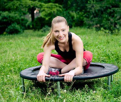 Jumping fitness to ćwiczenia cardio, które angażują do pracy kilka partii mięśni.