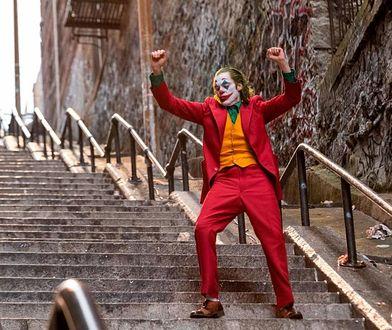 """""""Joker"""": fani filmu masowo robią zdjęcia na słynnych schodach z filmu"""