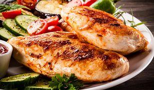Neutralność smaku, uniwersalne zastosowanie w kuchni oraz powszechność występowania wpływają na to, że kurczaka po prostu nie da się nie lubić.