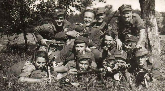 """Danuta Siedzikówna z żołnierzami Zygmunta Szendzielarza """"Łupaszki"""""""