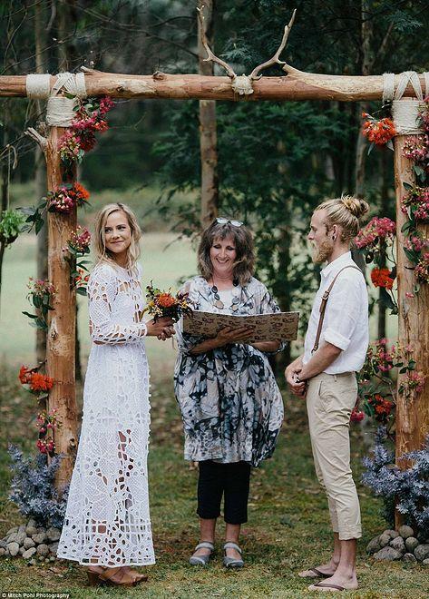 Ślub odbył się w ogrodzie na skraju lasu w Górach Błękitnych