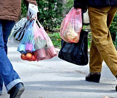 Zauważono, że w grupie oszczędzających z wyprzedzeniem na większe wydatki dominują osoby z najmniejszymi dochodami