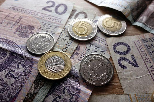 Plik pieniędzy młoda dziewczynka przekazała obcemu mężczyźnie
