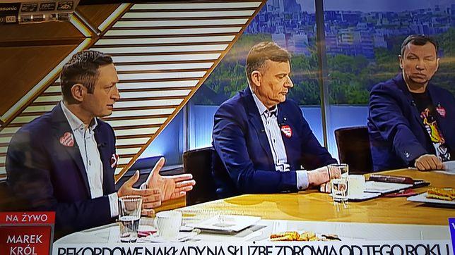 """Dramat realizatorów w TVP. Politycy zaproszeni do """"Woronicza 17"""" wystąpili oklejeni serduszkami"""
