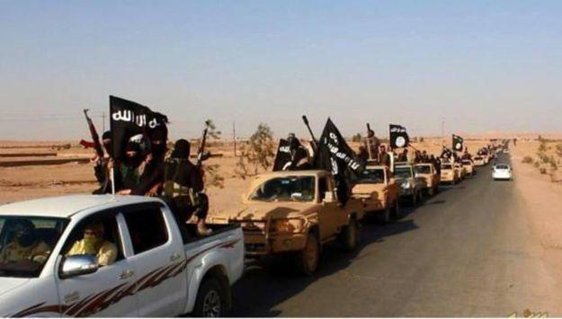 Defilada bojowników Państwa Islamskiego na drodze do miasta Rutba w prowincji Anbar
