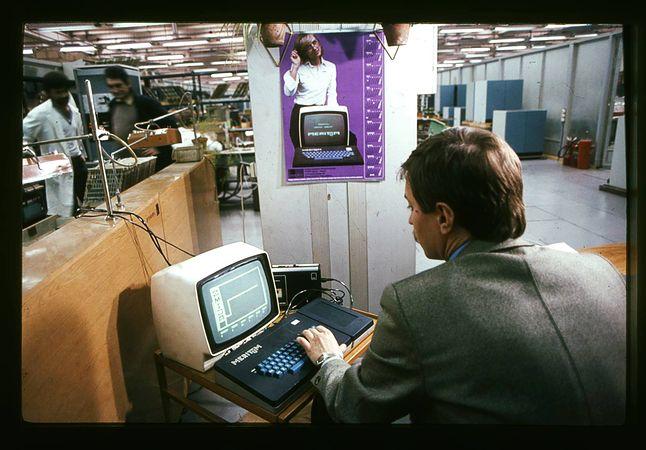 Pracownik firmy Mera-Elzab przy komputerze Meritum I, grający w grę Żmija (fot. Jakub Byrczek)