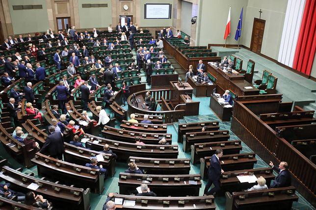 """Majmurek: """"Posiedzenie Sejmu przerwane. PiS znów kpi sobie z parlamentu"""""""