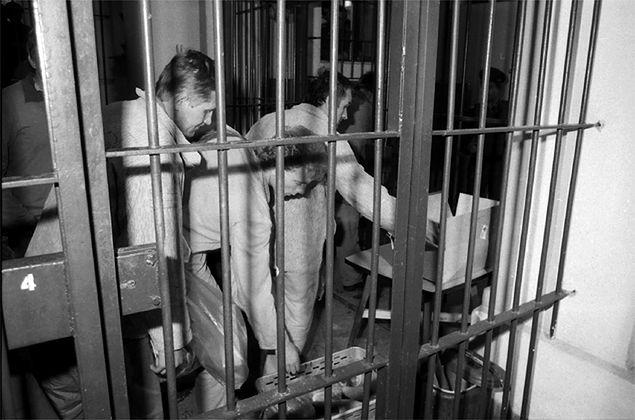 """""""Charakterni"""" i """"grypsujący"""" - tajemnice więziennego życia w PRL"""