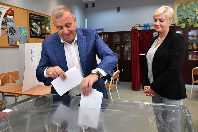 Grzegorz Schetyna i Kalina Rowińska-Schetyna podczas głosowania w niedzielnych wyborach.