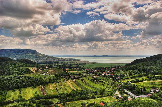 Jedną z atrakcji Węgier jest otoczony zielonymi pagórkami Balaton