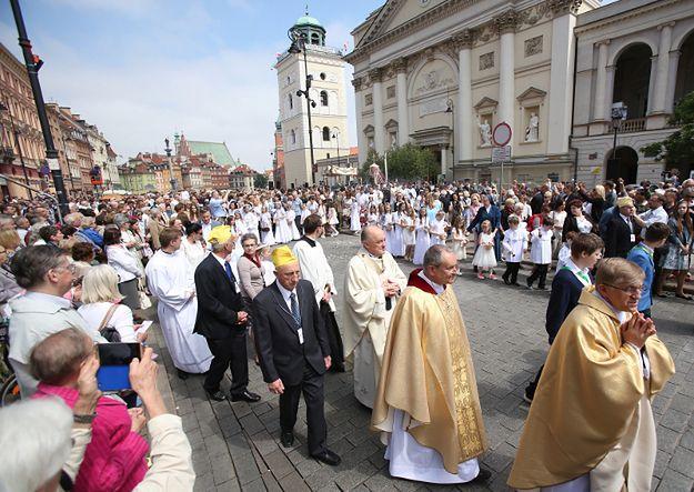 Metropolita warszawski, kardynał Kazimierz Nycz przewodzi procesji na Trakcie Królewskim w Warszawie