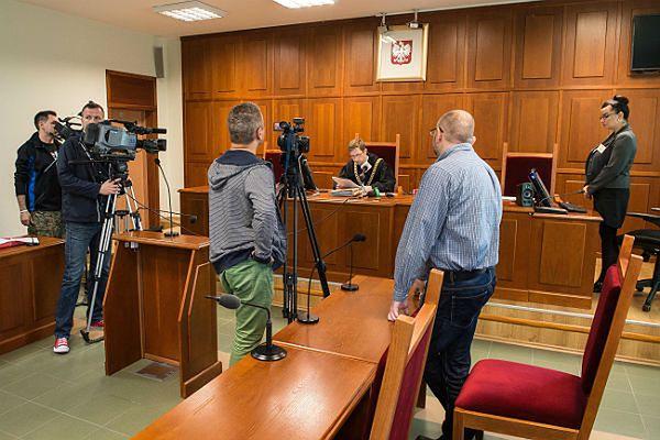 """Bloger """"MatkaKurka"""" - Piotr Wielgucki na sali sądowej"""