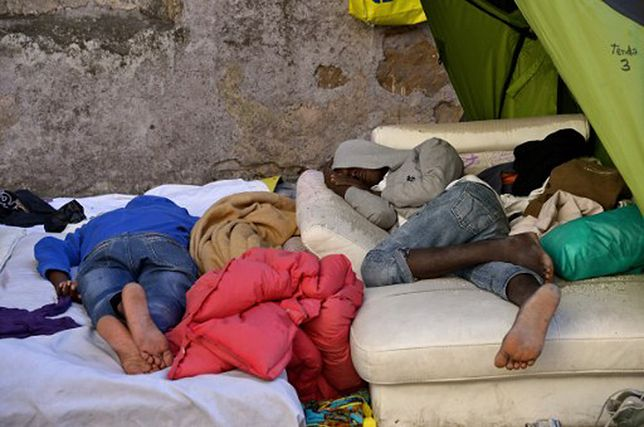 Uchodźcy śpią na ulicy przed ośrodkiem migracyjnym w Rzymie - zdjęcie ilustracyjne.