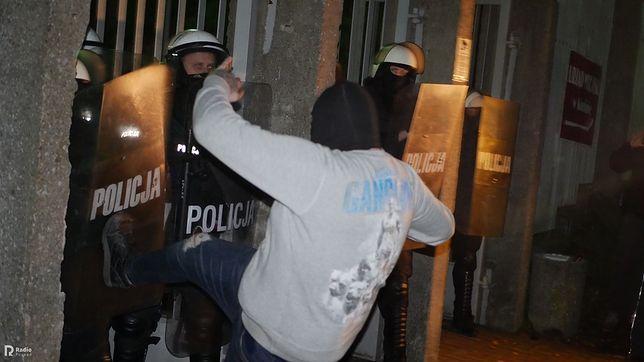 Konin. Zamieszki przed komendą policji