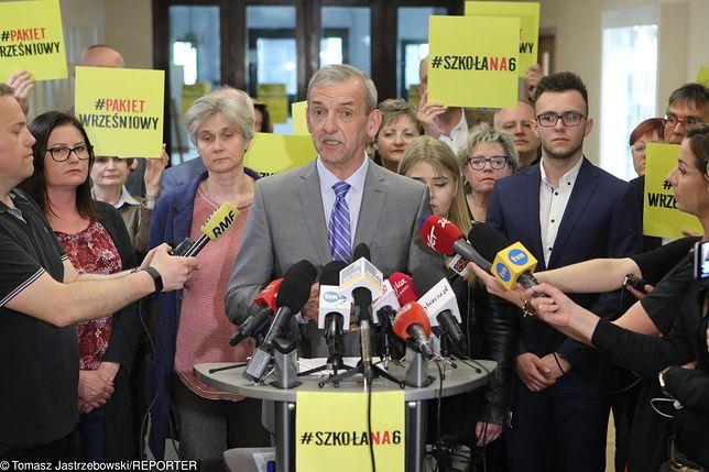 """ZNP zawiesza strajk nauczycieli. Protestujący nie rozumieją decyzji. """"Wystawiono białą flagę"""""""
