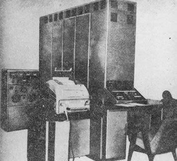 Komputer UMC-1. Duża szafa, która strasznie się grzała i miała ogromny apetyt na energię elektryczną.