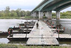Warszawa. Koniec budowy mostu pontonowego na Wiśle po awarii oczyszczalni ścieków Czajka