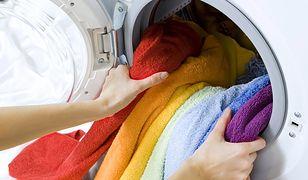 Wyciąganie prania z pralki