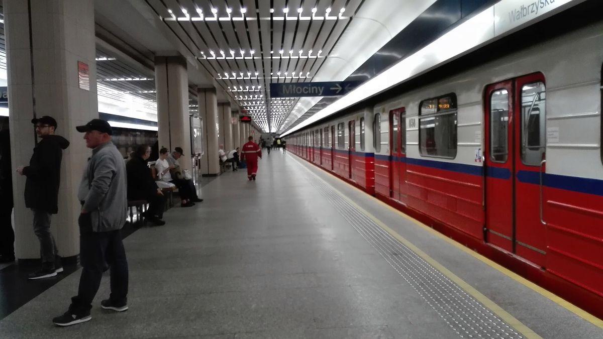 Wypadek w warszawskim metrze. Pociąg potrącił pasażera