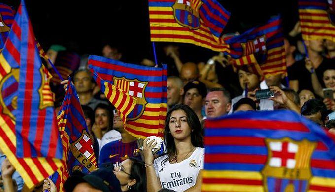 29525f0a2 FC Barcelona zaprezentowała nowe koszulki. Kibice przypisują je do ...