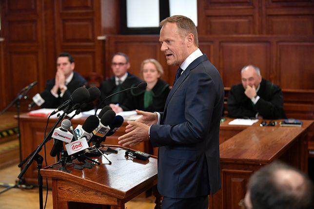 Donald Tusk w Sądzie Okręgowym w Warszawie, zeznając w sprawie Tomasza Arabskiego, nie powiedział niczego nowego, zasłaniając się niepamięcią. Debata na temat katastrofy smoleńskiej staje się coraz bardziej jałowa