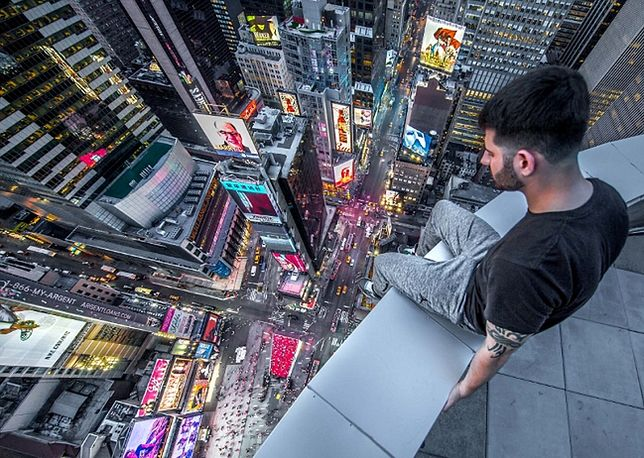 Fotograf 'Eddie' na dachu hotelu Double Tree, Nowy Jork (fot. Caters News)