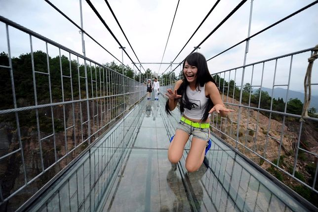 Chiny - najdłuższy na świecie szklany most wiszący