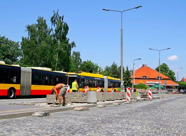 Wilanów. Trwa budowa instalacji złożonej z sześciu ładowarek do autobusów. Pozwolą one szybko uzupełnić energię w bateriach pojazdów komunikacji biorowej