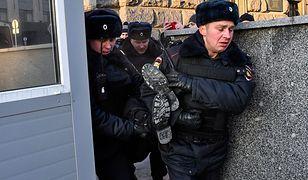 Aresztowanie demonstranta w Moskwie podczas protestu przeciwko represjom politycznym