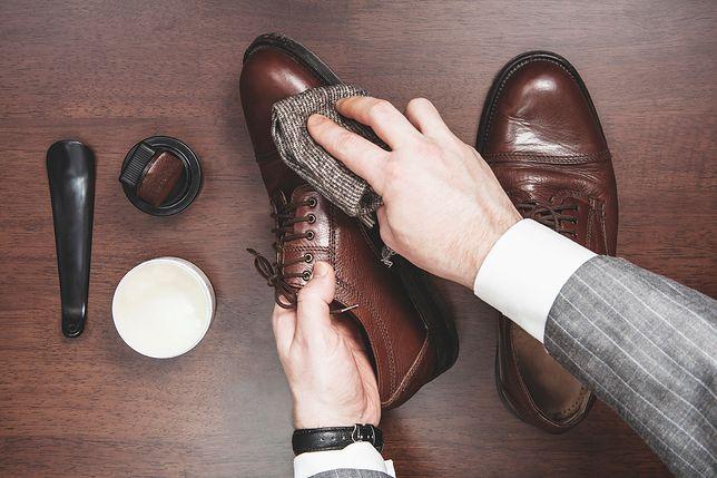 Pozbądź się plam soli z butów. Wypróbuj proste i domowe sposoby