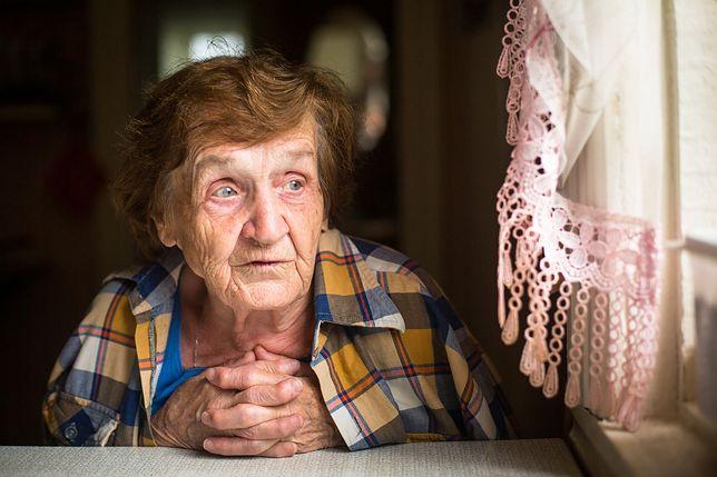 Smutna staruszka w oknie. Zabierz ją na wakacje