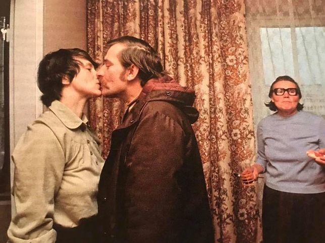 """Danuta i Lech Wałęsowie """"przyłapani"""" na pocałunku przez Chrisa Niedenthala"""