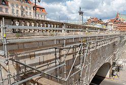 Warszawa. Rok od uszkodzenia rozpoczęła się naprawa balustrady nad trasą W-Z