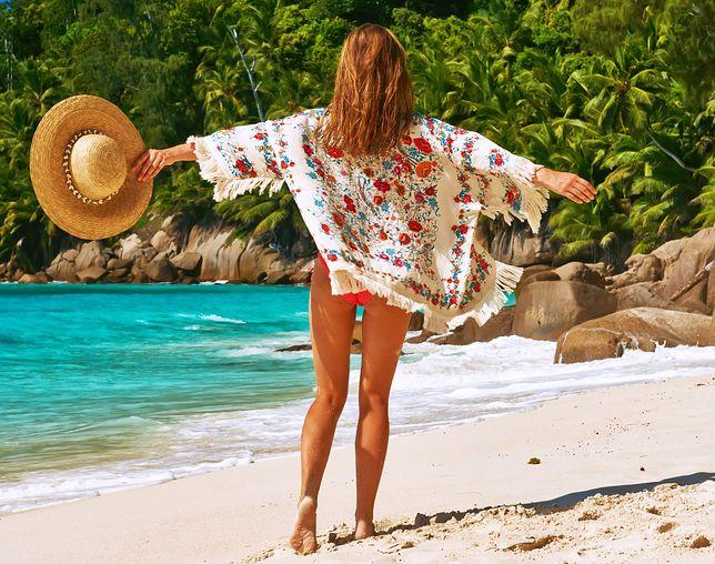 Letnie kimono w kwiaty można założyć np. na strój kąpielowy