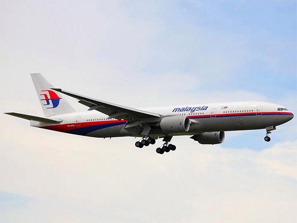 W ostatnim czasie ludzie na całym świecie zastanawiają się, co stało się z Boeingiem 777 malezyjskich linii lotniczych, z 239 pasażerami na pokładzie. Domysłów jest mnóstwo, jednak najbardziej prawdopodobną wersją jest upadek samolotu do oceanu. Jeśli wykluczyć niewyobrażalne wręcz błędy bądź świadome działanie załogi, pozostaje jedynie wariant zakładający usterkę techniczną. Co mogło spowodować katastrofę takich rozmiarów? W historii znane są przypadki, gdzie przez wady sprzętu pokładowego ginęło po kilkaset osób.  Samoloty to wspaniałe maszyny, które pozwalają spełniać odwieczne marzenia człowieka o lataniu. To nadal najbezpieczniejszy środek transportu, co potwierdzają statystyki. W przypadku statków powietrznych nie ma miejsca na błędy, gdyż te najczęściej są tragiczne w skutkach. Maszyny są projektowane w taki sposób, aby znieść wiele, a ich stan techniczny zawsze musi być bez najmniejszego zarzutu. Przygotowane z lekkich i wytrzymałych materiałów – tytanu i aluminium, są odporne na bardzo duże wahania temperatur. Wyposażone w zaawansowane systemy, powinny gwarantować bezpieczeństwo. Są jednak sytuacje, których nie da się przewidzieć, o czym na własnej skórze przekonały się tysiące pasażerów na całym świecie, ginąc w katastrofach lotniczych. Gdy zawodzi technika, ludzie są zdani wyłącznie na siebie. Przyjrzyjmy się największym katastrofom samolotów pasażerskich spowodowanym problemami technicznymi. Źródło: SW/JG, WP.PL sw-jg/jg/jg