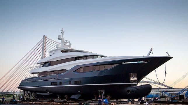 Jacht ma 40 metrów długości i 8 metrów szerokości.
