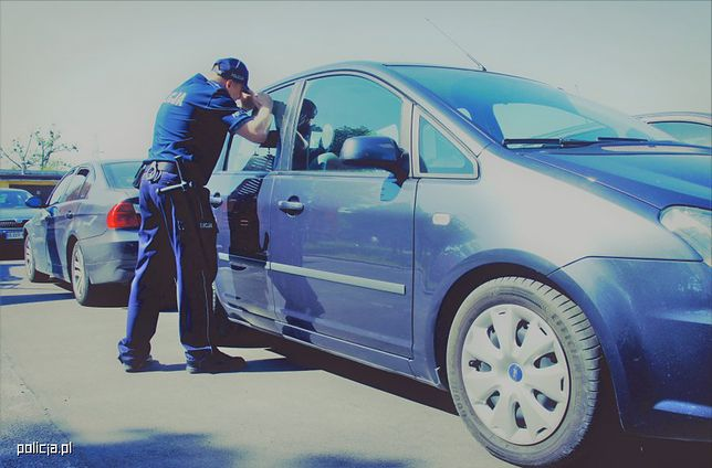 Policjanci nadali komunikat w markecie i dziadek wrócił do auta