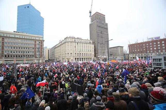 """Manifestacja KOD w Warszawie. """"Przeciw zawłaszczeniu mediów"""" [ZDJĘCIA]"""