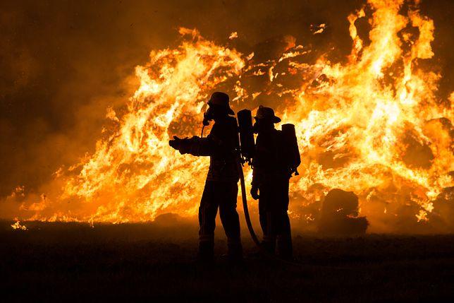 Płonie budynek przy stacji kolejowej.