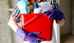Firma sprzątająca oferuje usługi osób bez ubrania