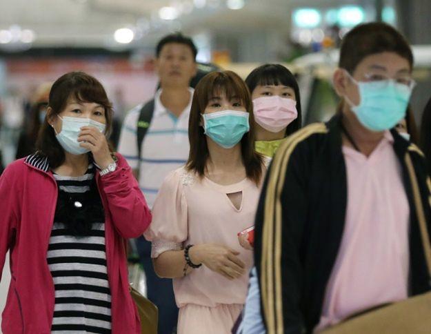 Wirus może wywoływać kaszel, gorączkę i zapalenie płuc