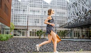 Szara sportowa sukienka będzie idealna dla aktywnych kobiet