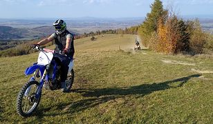 Grzywacka Góra koło miejscowości Kąty, która jest na granicy z Magurskim Parkiem Narodowym. Nieopodal rezerwatu Łysa Góra w kierunku którego kierowali się sfotografowani kierowcy crossa i quada